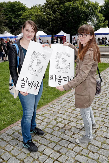 Warsaw residents show off their names written in Hangeul at the Korea Festival 2014. (photo courtesy of the Korean Cultural Center Warsaw)