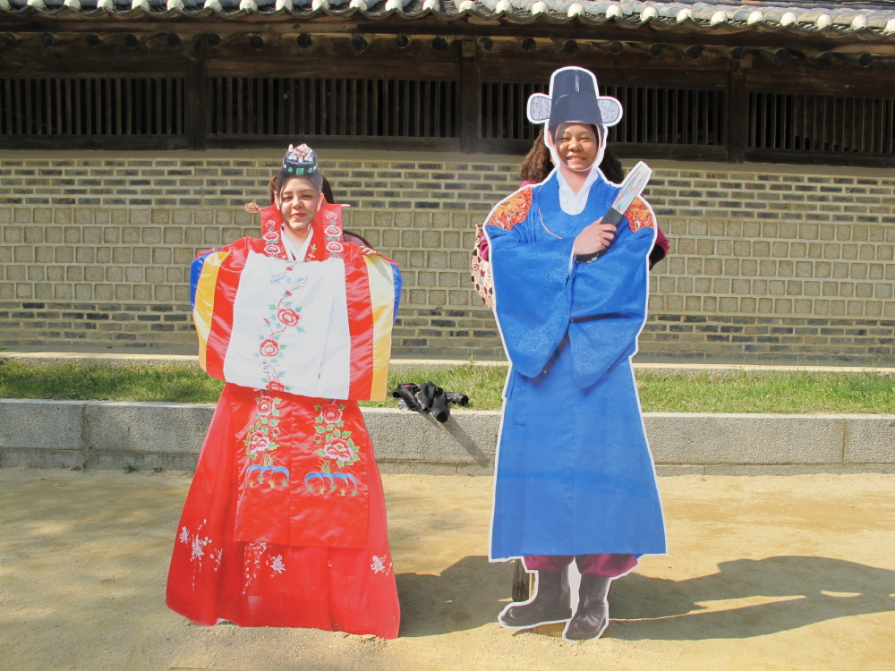 You can take pictures with Korean paper model actors and actresses.