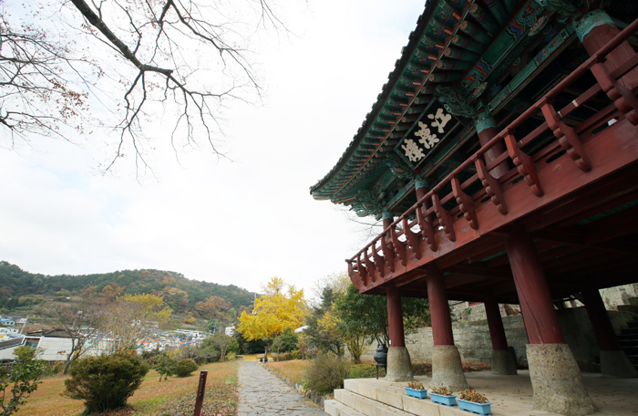 Part of the Tongyeong Chungryelsa, the two-story Kanghanru Pavilion was built in the 19th-century.