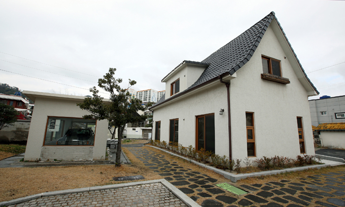 The Isang Yun Memorial has an outdoor replica of the residence where the composer Yun Isang lived in Berlin, Germany.